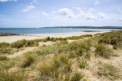 Urocze piasek diuny i plaża krajobraz na pogodnym letnim dniu Obrazy Stock