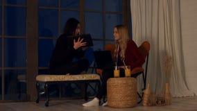 Urocze wieloetniczne dziewczyny relaksuje w domu zbiory wideo