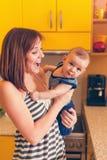 uroczego dziecka szczęśliwa matka fotografia stock