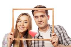 Uroczego pary mienia ramowi i czerwoni serca Obrazy Stock