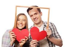Uroczego pary mienia ramowi i czerwoni serca Zdjęcie Royalty Free