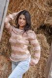 Uroczej brunetki Wzorcowy Pozować Outdoors Z Opóźnionymi modami fotografia royalty free