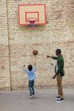 uroczy afroamerykański ojca i syna bawić się obrazy stock