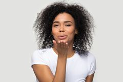 Uroczy afryka?ski m?odej kobiety dos?ania powietrza buziaka studia strza? fotografia stock