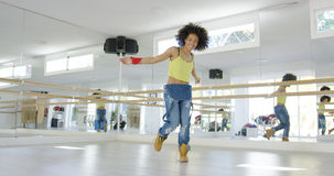 Uroczy amerykanin afrykańskiego pochodzenia dziewczyny taniec w studiu Zdjęcia Royalty Free