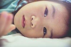 Uroczy azjatykci dziecka zbliżenia twarzy portret Rocznika brzmienie Zdjęcia Stock