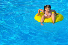 Uroczy berbeć relaksuje w pływackim basenie Obrazy Royalty Free