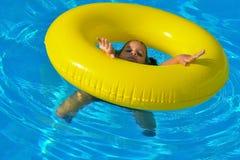 Uroczy berbeć relaksuje w pływackim basenie Zdjęcia Stock