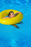 Uroczy berbeć relaksuje w pływackim basenie Obrazy Stock