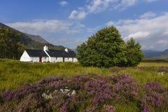 Uroczy bielu dom w scenicznym Glencoe, croft w szkockich średniogórzach, Szkocja zdjęcia royalty free
