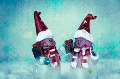 Uroczy boże narodzenie bałwan oblicza dekorację przeciw błękitnemu śnieżnemu tłu obraz stock