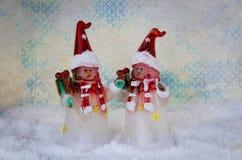 Uroczy boże narodzenie bałwan oblicza dekorację przeciw błękitnemu śnieżnemu tłu fotografia royalty free