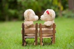 Uroczy buziaka miś siedzi na drewnianym krześle, pojęcia l ślub Obrazy Royalty Free