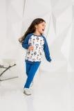Uroczy caucasian 5 roczniaka dziewczyny bieg w białym studiu Zdjęcia Stock