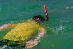 Uroczy chłopiec dopłynięcie z snorkeling wyposażeniem przy plażą podczas wakacje Obraz Royalty Free