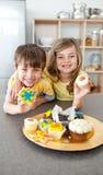 uroczy ciastka pokazywać rodzeństwo ich zdjęcia royalty free