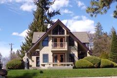 Uroczy dom Z purpury podstrzyżeniem i Luksusowym Kształtować teren Zdjęcie Stock