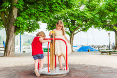 Uroczy dzieci bawić się na boisku Fotografia Stock
