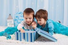 Uroczy dzieci, chłopiec bracia, bawić się z bożego narodzenia decorati obrazy stock