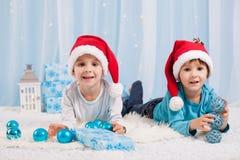 Uroczy dzieci, chłopiec bracia, bawić się z bożego narodzenia decorati obraz stock