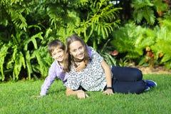 Uroczy dzieci i nastolatka Bawić się Zdjęcie Royalty Free