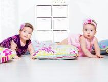 Dzieci czołgać się zdjęcie stock