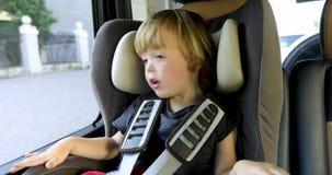 Uroczy dzieciaka obsiadanie w samochodowym siedzeniu w samochodzie zbiory