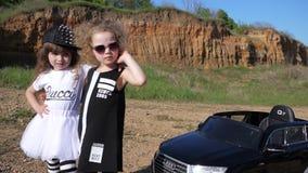 Uroczy dzieciaki Bogaci rodzice w modnych ubrań pobliskim zabawkarskim samochodzie outdoors zbiory wideo