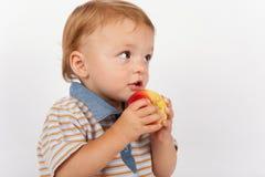 Uroczy dziecka łasowania jabłko obraz royalty free