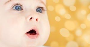 uroczy dziecka niebieskich oczu portret Obrazy Royalty Free