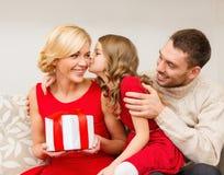 Uroczy dziecko całuje jej matki zdjęcia stock