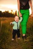 Uroczy dziecko chodzi wokoło z matką Fotografia Stock