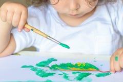Uroczy dziecko obrazu spadku liście przy stołem obrazy royalty free