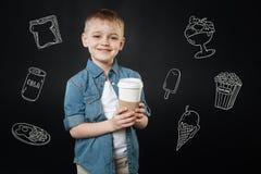 Uroczy dziecko uśmiecha się smakowitą kawę dla jego kochającej matki i kupuje zdjęcie royalty free
