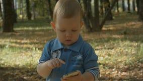 Uroczy dziecko wybiera numer liczbę na telefonie komórkowym obraz stock