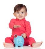 Uroczy dziewczynki obsiadanie z błękitnym bankiem zdjęcie royalty free