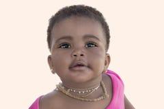 Uroczy dziewczynki ono uśmiecha się, dziewięć miesięcy starych, odosobniony Fotografia Stock