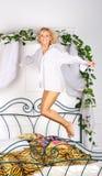 uroczy dziewczyny łóżkowy doskakiwanie Fotografia Royalty Free