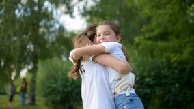 Uroczy dziewczyny gnanie w ręki kobieta wolontariusz zdjęcie wideo