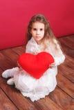 Uroczy dziewczyny mienia valentine serce Zdjęcie Royalty Free