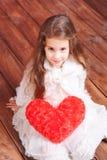 Uroczy dziewczyny mienia valentine serce Fotografia Royalty Free