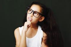 Uroczy dziewczyny studiowanie z eyeglasses Fotografia Royalty Free