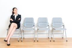 Uroczy elegancki biznesowy dziewczyny czekanie dla wywiadu Obraz Royalty Free