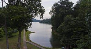 Uroczy jezioro Otaczający drzewami Obraz Stock