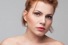 uroczy kamery się ciemne oczy mody portret kobiety modelu stanowi całkiem pasjonujące zmysłowe gapić kobiety nastoletnich się mło Obrazy Stock