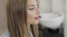 Uroczy kobieta model ono uśmiecha się przed ostrzyżeniem w salonie i spojrzenia przy kamerą zdjęcie wideo