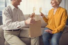 Uroczy mąż gratuluje jego żony z świętowaniem obrazy stock