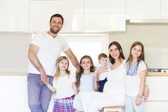 Uroczy młody duży rodzinny obejmowanie na kuchni Obrazy Stock