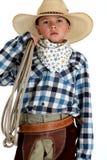 Uroczy młody kowboj jest ubranym wielkiego kowbojskiego kapelusz trzyma arkanę Obraz Royalty Free