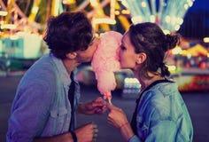 Uroczy młody modniś pary datowanie podczas lato zmierzchu zdjęcie royalty free